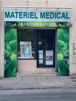 """Ce local fait partie de la pharmacie, l'équipe officinale est ravie de pouvoir répondre à vos questions directement dans l'espace """" pharmacie """""""